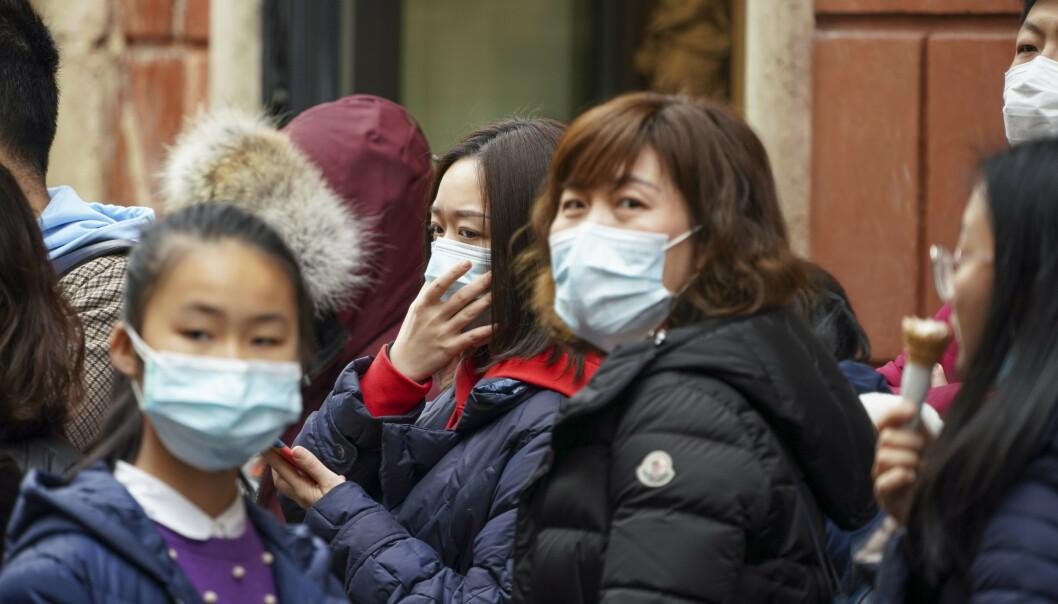 Kinesiske turister med ansiktsmasker i Roma. Italia er blant landene som har lagt ned forbud mot flyginger til og fra Kina. Samtidig er det meldt om flere hendelser der kinesere er blitt møtt med fordommer. Blant annet har en kafé i Roma satt opp et forbudsskilt mot kinesiske kunder. Foto: Andrew Medichini / AP / NTB scanpix