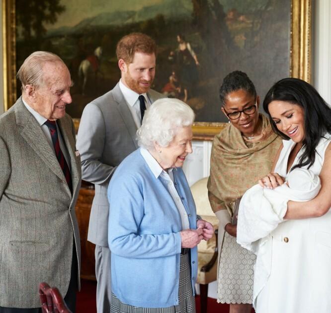INNLEMMET: Det er ingen tvil om at Doria en gang var et velkomment medlem av den utvidede familien. Her står hun sammen med Archies oldeforeldre, dronning Elizabeth og prins Philip. Foto: NTB scanpix
