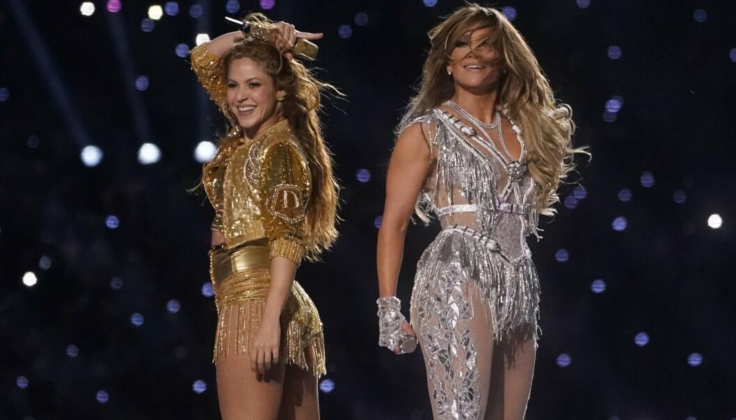 SPEKTAKULÆRT: Shakira og Jennifer Lopez satte fyr på scenen under nattens Super Bowl. FOTO: Scanpix
