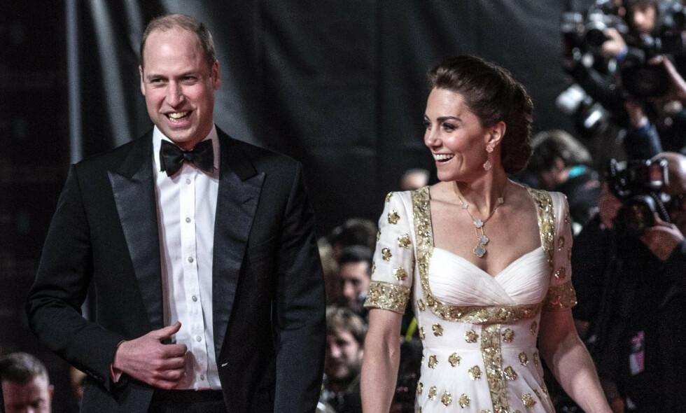 ALEXANDER MCQUEEN: Hertuginne Kate har brukt denne kjolen tidligere, sist i 2012. Her ankommer hun søndagens BAFTA-utdeling i London sammen med ektemannen, prins William. Foto: NTB Scanpix