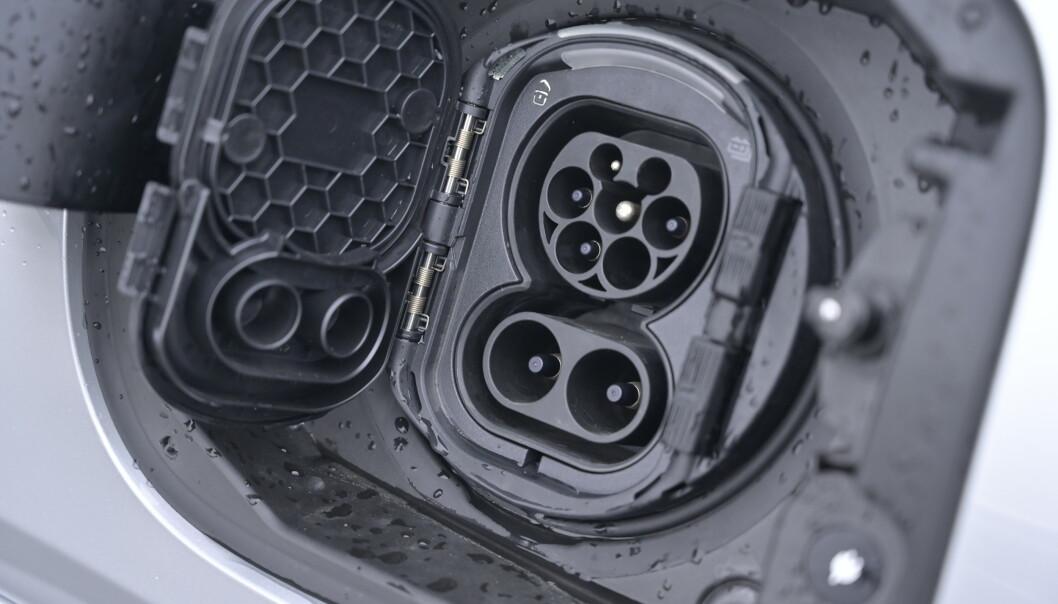 <strong>HURTIGLADING:</strong> Mercedes viser maktdemonstrasjon ved å tillby 60 kW i ladekapasitet ved hurtiglading. Men vær så snill og kopier BMW. De har en pakning på tanklokket fremfor ekstra lokk utenpå kontakten. Det er til daglig irritasjon. Foto: Rune M. Nesheim