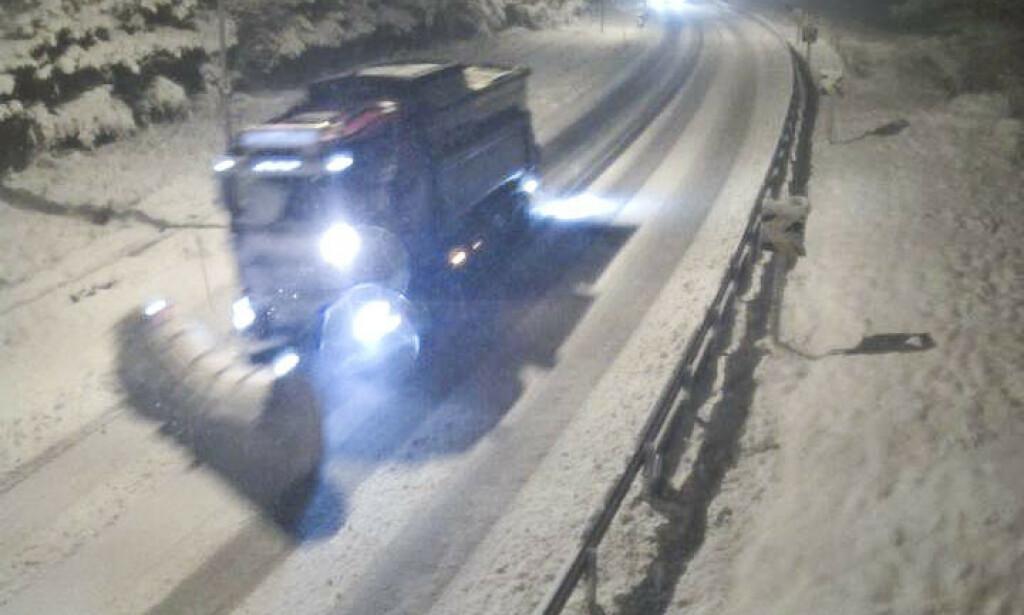 En brøytebil på E39 ved Hamrebakkene i Moi i Rogaland mandag kveld. Foto: Statens vegvesen / NTB scanpix