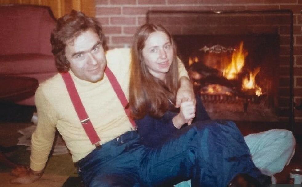 SERIEMORDER: En av historiens verste seriemordere Ted Bundy, sammen med kjæresten sin Elizabeth. I en dokumentar på Amazone Prime Videos forteller Elizabeth om sitt intetanende liv sammen med seriemorderen - og om når hun begynte å mistenke at noe var galt. FOTO: Skjermdump/Amazon Prime Videos