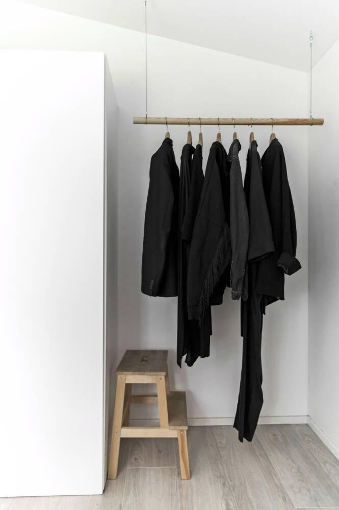 Tips! Lag ditt eget klesstativ ved hjelp av en trepinne og tynne kjettinger. FOTO: Julie Wittrup og Mikkel Dahlstrøm/Another Studio