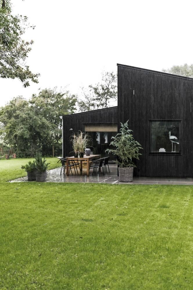 Utvendig er huset kledd i mørkt treverk for at det skal passe bedre inn i naturen. FOTO: Julie Wittrup og Mikkel Dahlstrøm/Another Studio