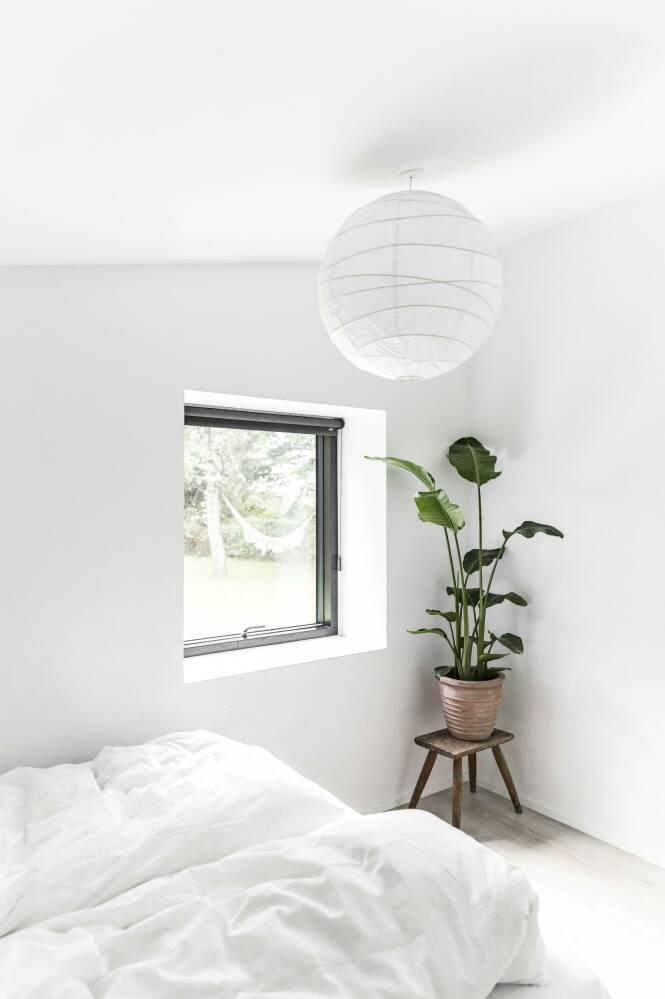 Soverommet er minimalistisk innredet og holdt i rene og rolige fargetoner. FOTO: Julie Wittrup og Mikkel Dahlstrøm/Another Studio
