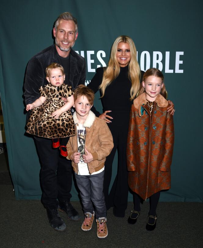 BOKSIGNERING: Jessica Simpson tok med hele familien på boksigneringen sin i New York tirsdag. Foto: NTB Scanpix