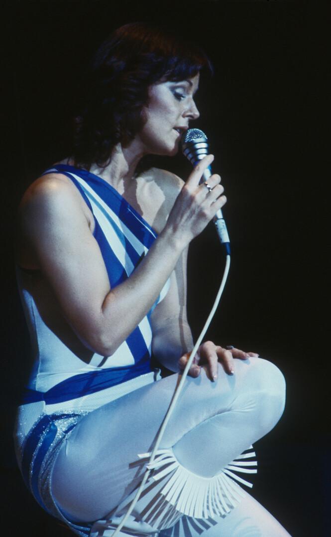 KOSTYMENE: Alle fire i ABBA briljerte i scenekostymer som ikke alltid kunne kalles stilig. Men dette enkle og elegante antrekket er fra en konsert i Canada i 1979. (Foto: NTB Scanpix)