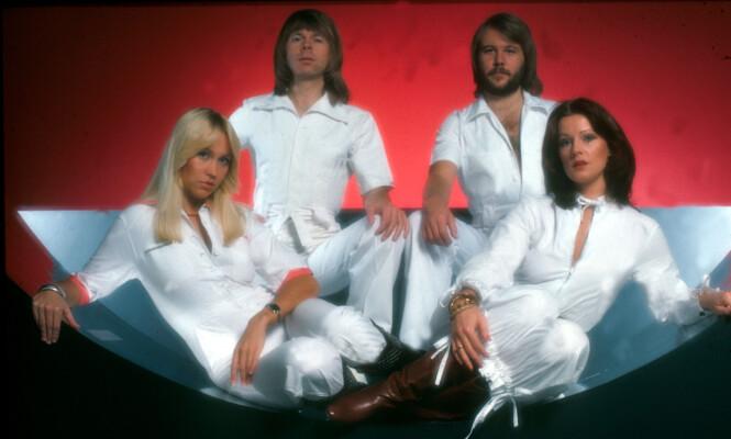 POP-DRØMMEN: Hvite dresser ble et slags varemerke for ABBA-gjengen. Frida til høyre.