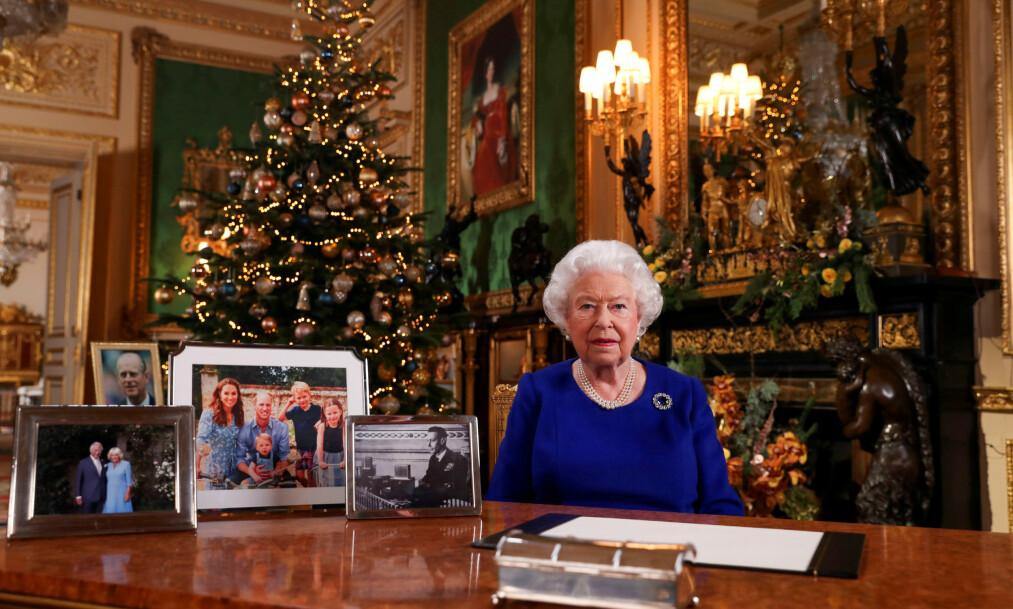 <strong>AVSLØRING:</strong> Dronning Elizabeth velger å ha juledekorasjonene på Sandrinham oppe frem til 6.februar. Nå har det kommet frem hvorfor. Her er hun avbildet under sin årlige juletale i fjor. Foto: NTB Scanpix