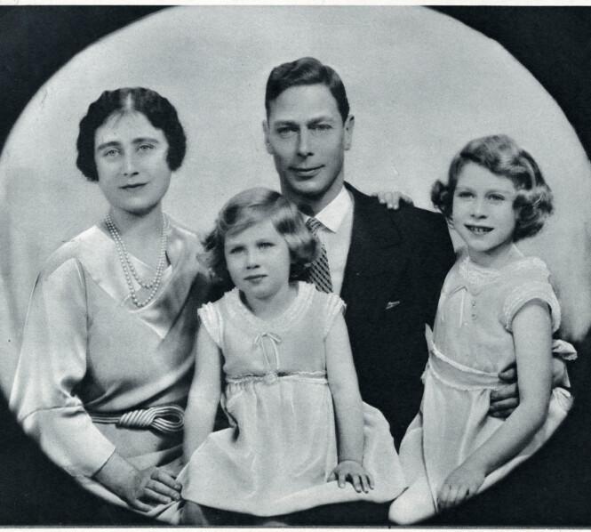 <strong>SAMLET:</strong> Her er kong George VI avbildet sammen med kona dronning Elizabeth og deres to døtre prinsesse Elizabeth (nåværende dronning Elizabeth II) og prinsesse Margaret i 1936. Foto: NTB Scanpix