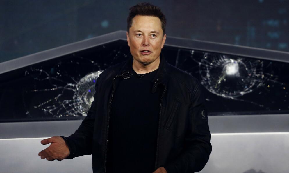 STUPER: Tesla-aksjen stuper på børsen onsdag. Foto: Ringo H.W Chiu / AP / NTB Scanpix