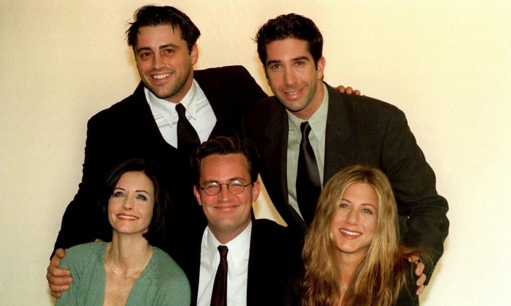 KRYPTISK MELDING: «Friends»-stjernen Matthew Perry (foran i midten) delte onsdag kveld et Twitter-innlegg som fikk fansen til å gå amok, og med et håp om en reunion med «Friends»-skuespillerne. Her er Perry avbildet sammen med Matt LeBlanc, David Schwimmer, Courteney Cox og Jennifer Aniston i 1998. Foto: NTB Scanpix
