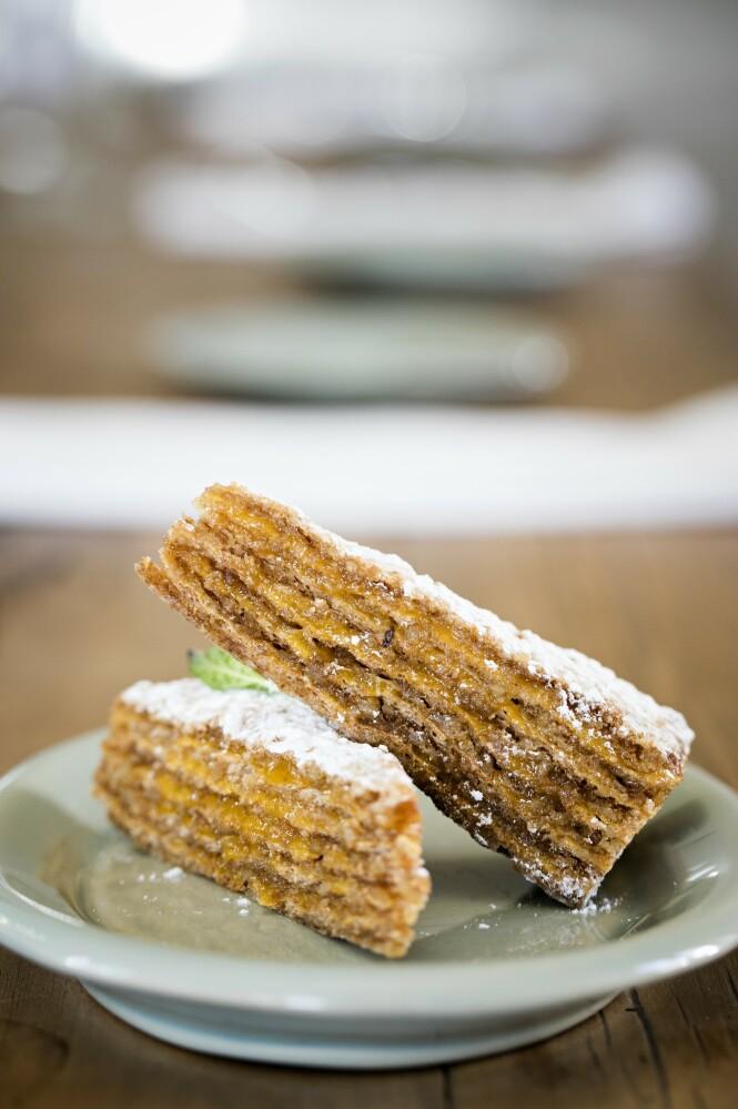 På de portugisiske pastelariaene får du tradisjonell servering, som kake med honning og valnøtter. FOTO: Karna Bunk-Jensen