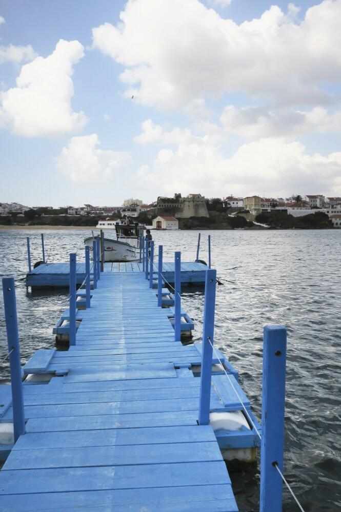 Byen Vila Nova de Milfontes ligger langs vandrerruten Fisherman's Trail, og vandrerne må krysse elven Mira i båt for å komme dit. FOTO: Karna Bunk-Jensen