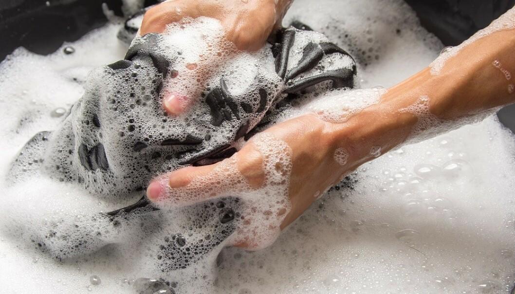 SKYLL FØRST: Nøkkelen til å fjerne de fleste flekker er å skylle gjennom plagget før du vasker det i vaskemaskinen. FOTO: NTB Scanpix