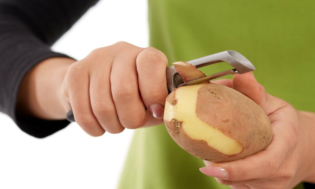 SPIS POTETSKALLET: Det aller meste av grønnsaksskrell kan brukes i matlagingen. Tipsene får du i artikkelen under! Foto: NTB Scanpix.