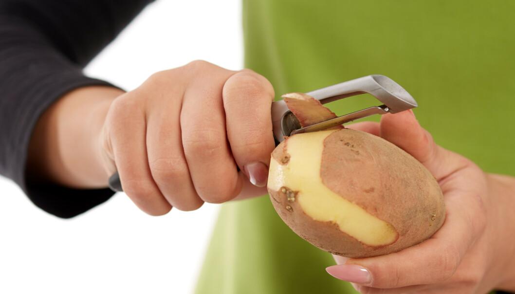<strong>SPIS POTETSKALLET:</strong> Det aller meste av grønnsaksskrell kan brukes i matlagingen. Tipsene får du i artikkelen under! Foto: NTB Scanpix.