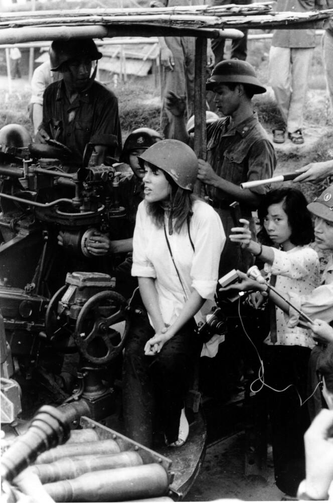 BERØMT OG BERYKTET: Dette bildet førte til raseri mot Jane i USA. Hun reiste til fienden Nord-Vietnam og Hanoi midt under krigen, og lot seg avbilde på Vietcongs antiluftskyts. (Foto: NTB Scanpix)