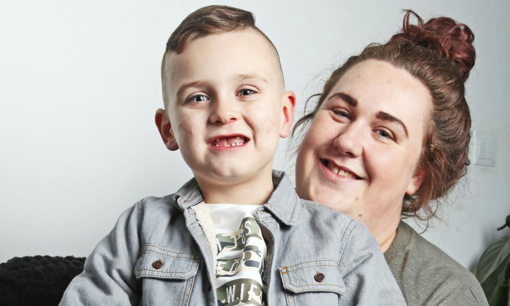 STOLT MAMMA: - Han har imponert legene med pågangsmotet sitt, sier mamma Terri. Foto: NTB scanpix