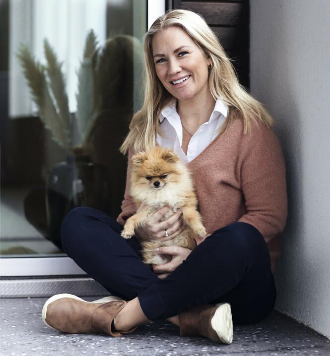 MODERNE STORFAMILIE: Med Geirs voksne barn fra tidligere forhold består den moderne storfamilien av totalt fire barn, samt hunden Vesla. FOTO: Astrid Waller