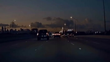 Spyr ned Tesla-en i svart diesel-røyk