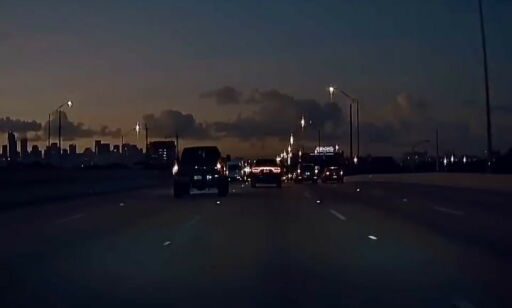 image: Spyr ned Tesla-en i svart diesel-røyk