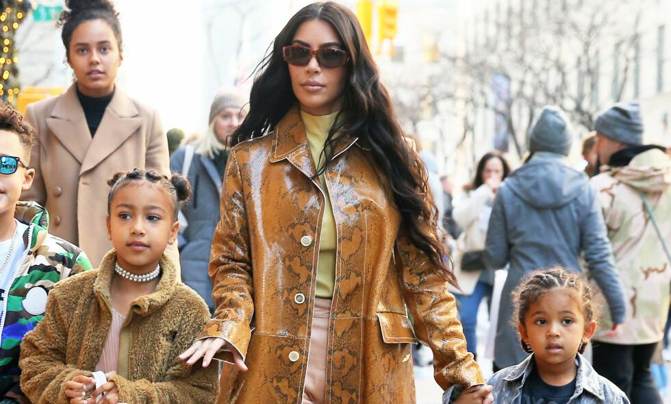 DROPPER KJØTT: Kim Kardashian West avslører at hun og hennes fire barn holder seg unna kjøtt, men at eldstedatteren North (t.v.) spiser fisk. Her er Kim, North og Saint (t.h.) avbildet sammen. Foto: NTB Scanpix
