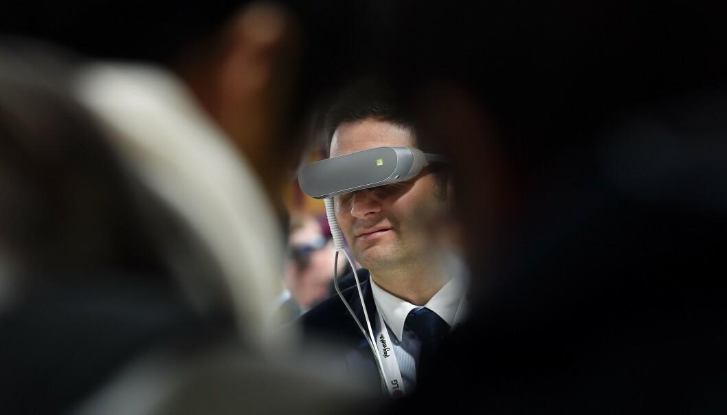 <strong>TREKKER SEG:</strong> Flere aktører velger nå å trekke seg fra årets mobilmesse i Barcelona, deriblant LG, som slapp VR-briller på messen i 2016. Foto: Joseph Lago/AFP/NTB Scanpix