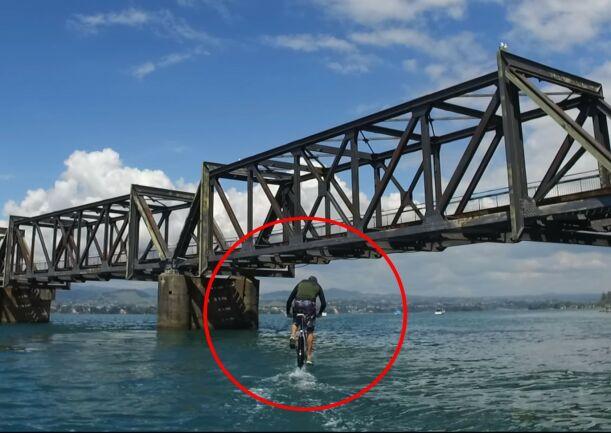 image: Her sykler han på vannet!