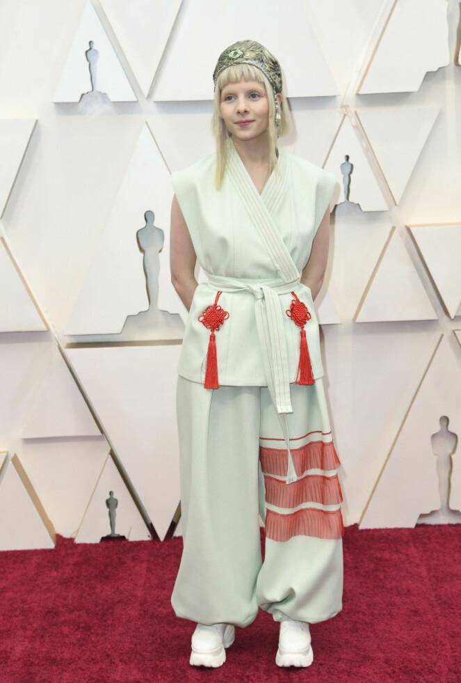 <strong>OPPTRER:</strong> Norske Aurora opptrer under Oscar-utdelingen natt til mandag. Antrekket hennes får skryt av internasjonal motepresse. Foto: NTB scanpix