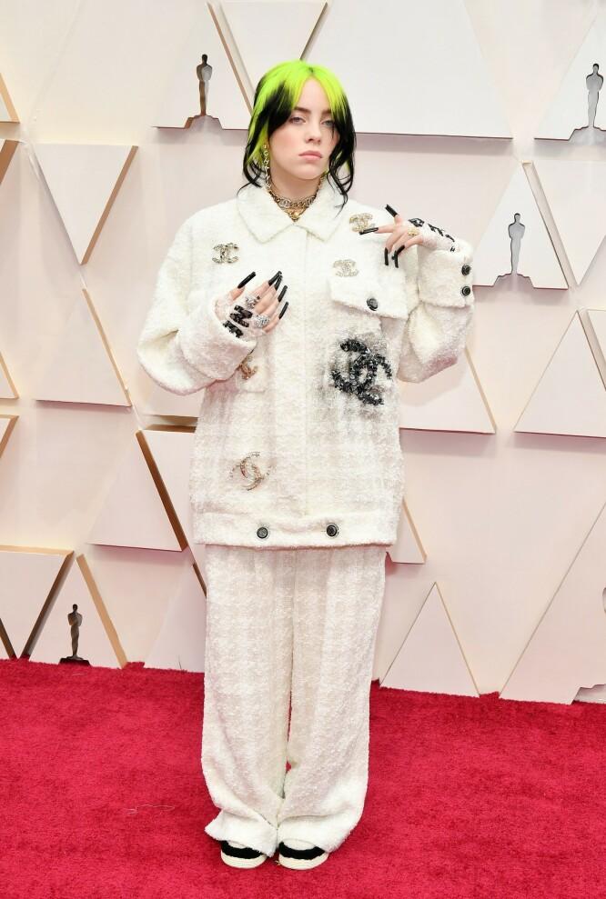 <strong>FRANSK LUKSUS:</strong> Billie Eilish hadde på seg et antrekk fra Chanel, noe om stylet med sylskarpe negler. Foto: NTB scanpix