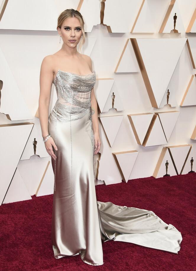 <strong>SILKE:</strong> Scarlett Johansson ankom gallaen i en silkekjole med spenstige detaljer på brystet. Foto: NTB scanpix