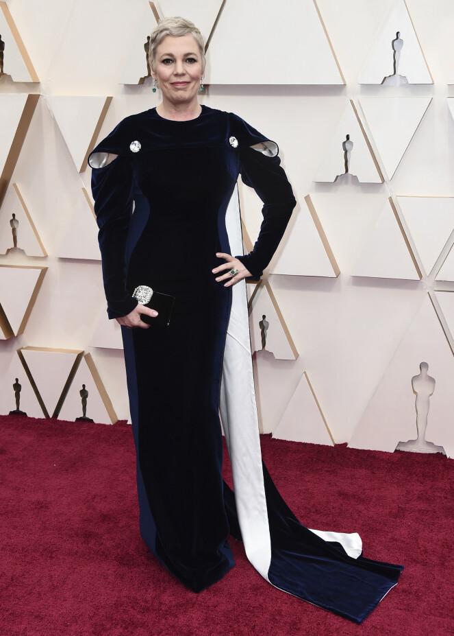 <strong>KONGELIG:</strong> Olivia Colman er kjent fra «The Crown», og hadde på seg en fløyelsblå kreasjon fra Stella McCartney en dronning verdig. Foto: NTB scanpix