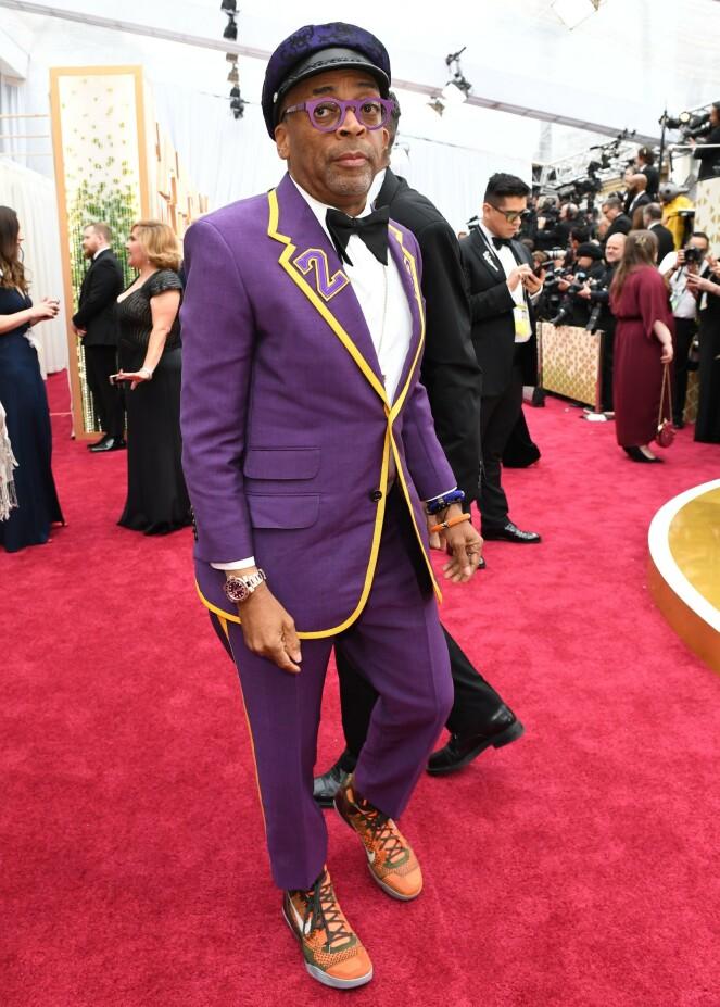 <strong>HYLLEST:</strong> Regissør Spike Lee hadde på seg en dress som hyllet den avdøde Lakers-spilleren Kobe Bryant. Foto: NTB scanpix