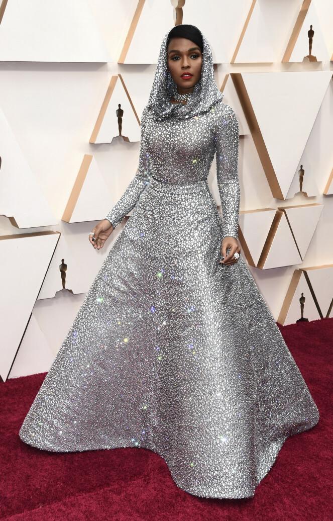 <strong>GLITRET:</strong> Janelle Monae hadde på seg en glitrende kreasjon fra Ralph Lauren, som kunne minne om noe Grace Jones kunne gått med i sin storhetstid. Foto: NTB scanpix