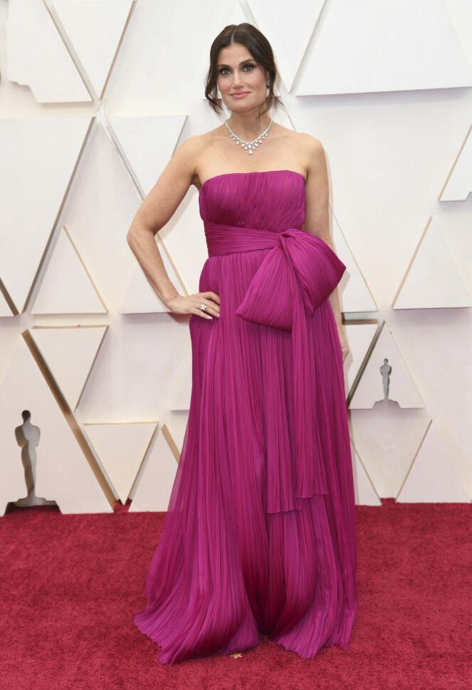 <strong>OPPTRER:</strong> Broadway-stjerna Idina Menzel valgte en fuksia-farget kjole. Hun står på scenen senere om natta. Foto: NTB scanpix
