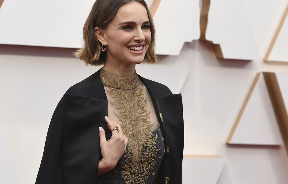 OSCAR 2020: Ser du hva som er sydd inn i kåpen til Natalie Portman? Foto: NTB Scanpix
