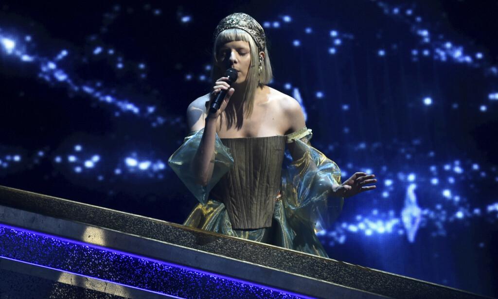 PÅ SCENEN: Aurora Aksnes sang under Oscar-utdelingen natt til mandag. Foto: NTB scanpix