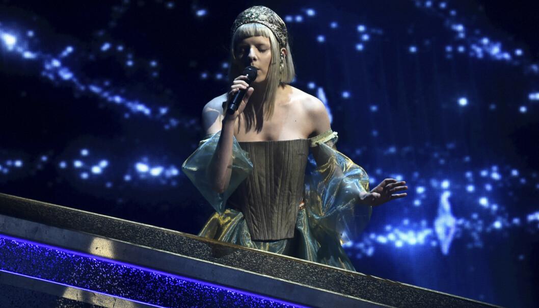 <strong>PÅ SCENEN:</strong> Aurora Aksnes sang under Oscar-utdelingen natt til mandag. Foto: NTB scanpix