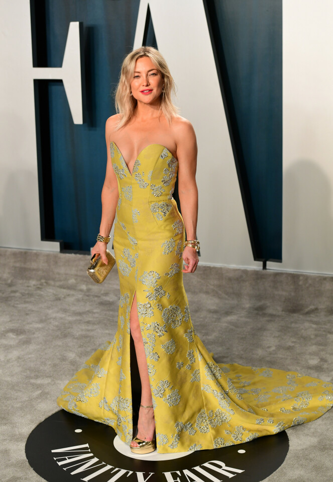 <strong>LEKKER:</strong> Hollywood-stjernen Kate Hudson hadde på seg en gulfarget kjole med både slep og splitt. Foto: NTB Scanpix