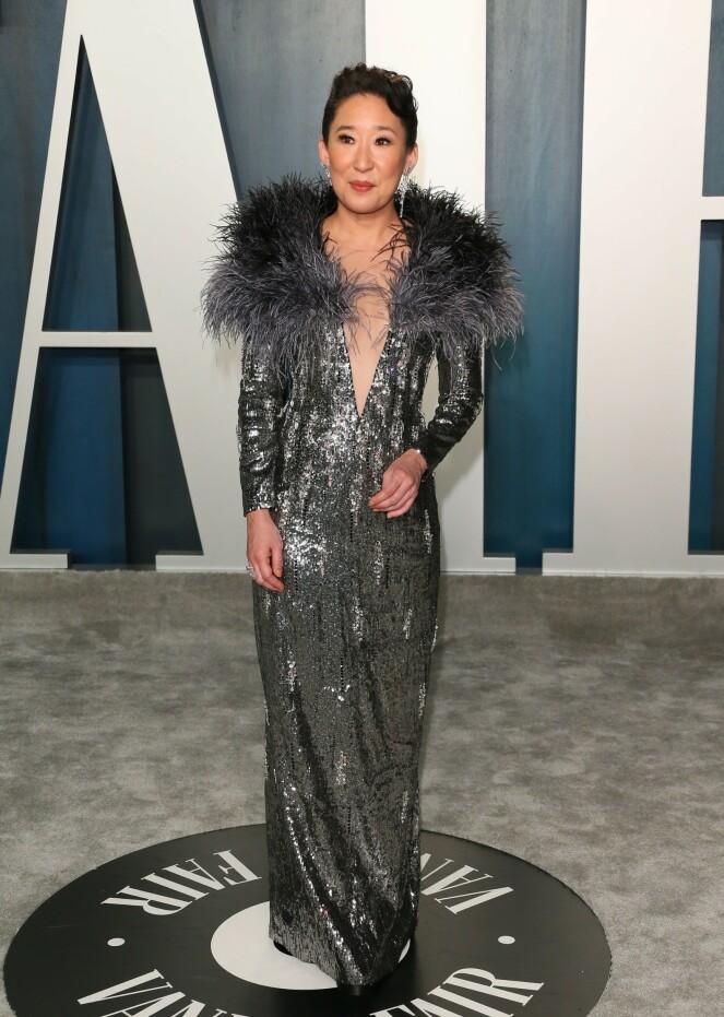 <strong>FJÆR OG PALJETTER:</strong> «Grey`s Anatomy»-stjernen Sandra Oh tok også turen innom på Vanity Fairs etterfest. På løperen stilte hun med en paljettkjole med fjær på kragen. Foto: NTB Scanpix