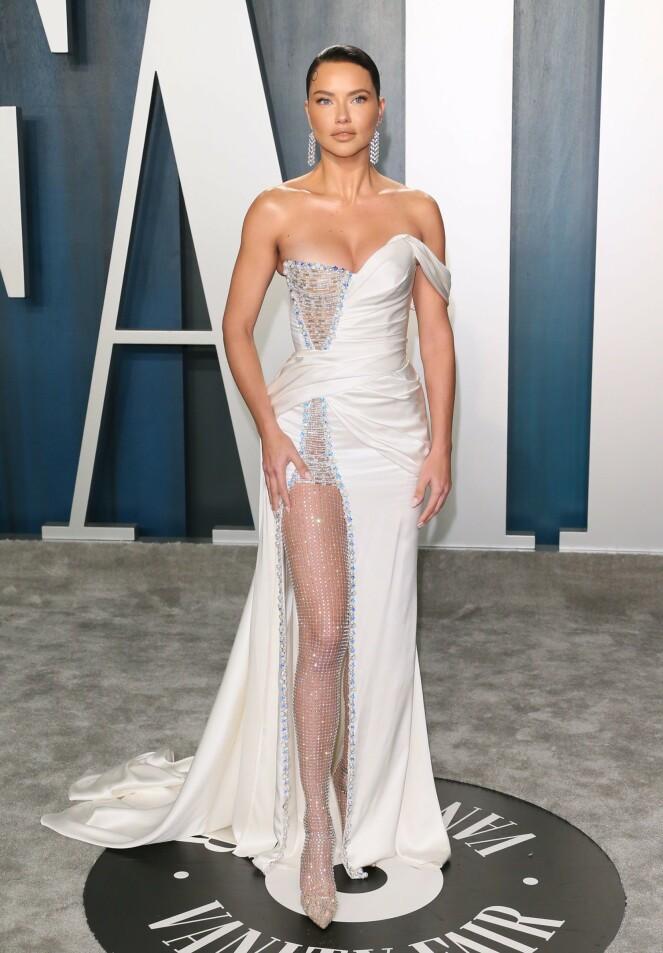 <strong>SUPERMODELL:</strong> Adriana Lima dukket opp i en hvit kjole med en høy splitt, dyp utrigning og et slep med lekre perledetaljer. Foto: NTB Scanpix