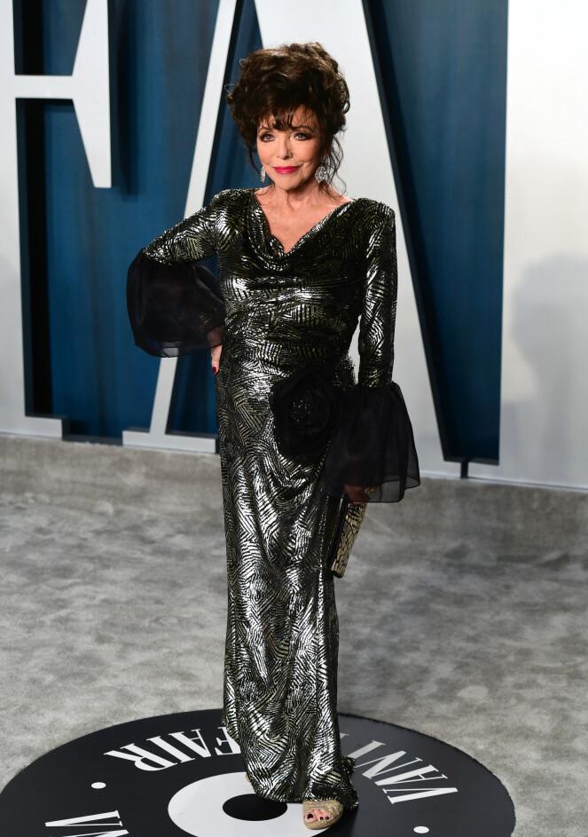 <strong>METALLISK:</strong> Den britiske skuespilleren Joan Collins dukket opp i en metallisk lang kjole med svarte tyllermer. Foto: NTB Scanpix