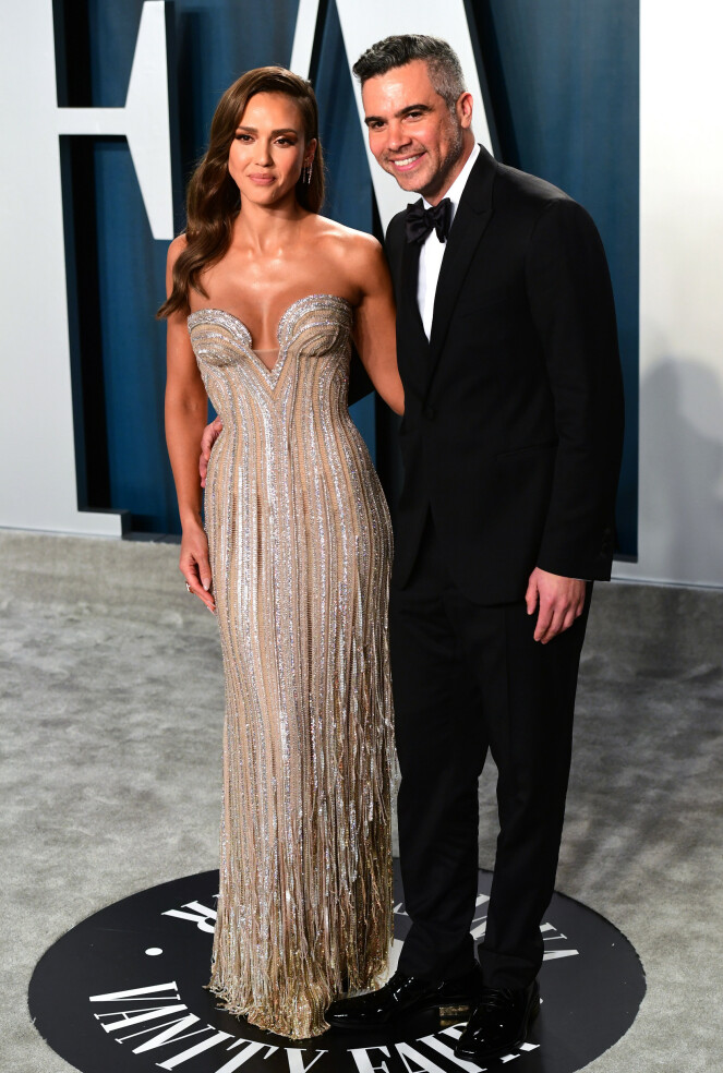 <strong>GLITRET:</strong> Skuespiller Jessica Alba poserte foran kameraene i en glitrende kjole fra Versace sammen med ektemannen Cash Warren. Foto: NTB Scanpix