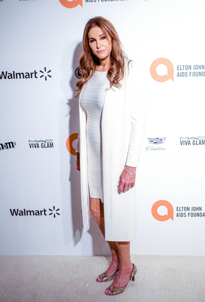 <strong>HVITT:</strong> Realitystjernen Caitlyn Jenner tok på seg en enkel hvit kjole med en hvit frakk i anledning Elton Johns etterfest. Foto: NTB Scanpix
