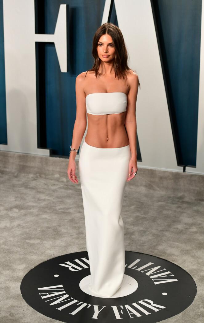 <strong>FREKT:</strong> Modell Emily Ratajkowski gikk for bar mage på Vanity Fair-etterfesten. Foto: NTB scanpix