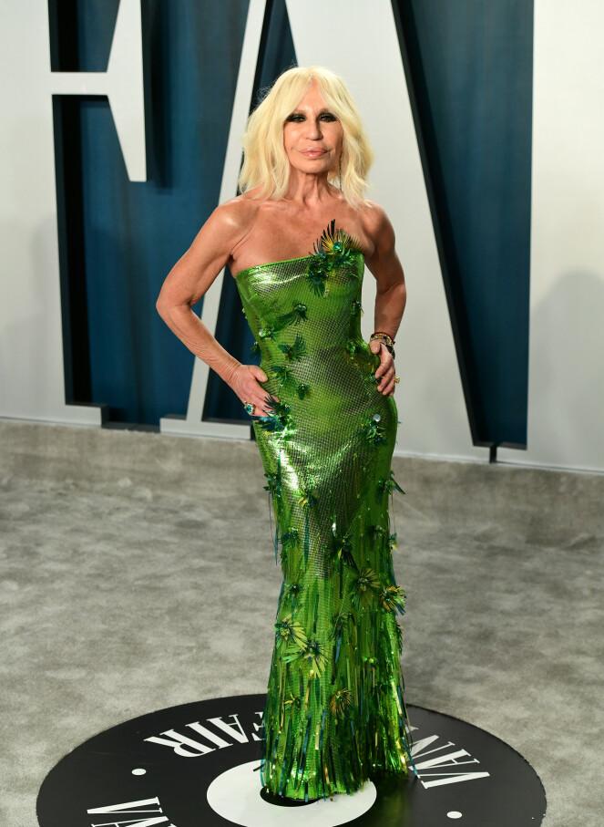 <strong>VÅGAL:</strong> Donatella Versace poserte i en grønn kreasjon på Vanity Fair sin etterfest. Foto: NTB Scanpix