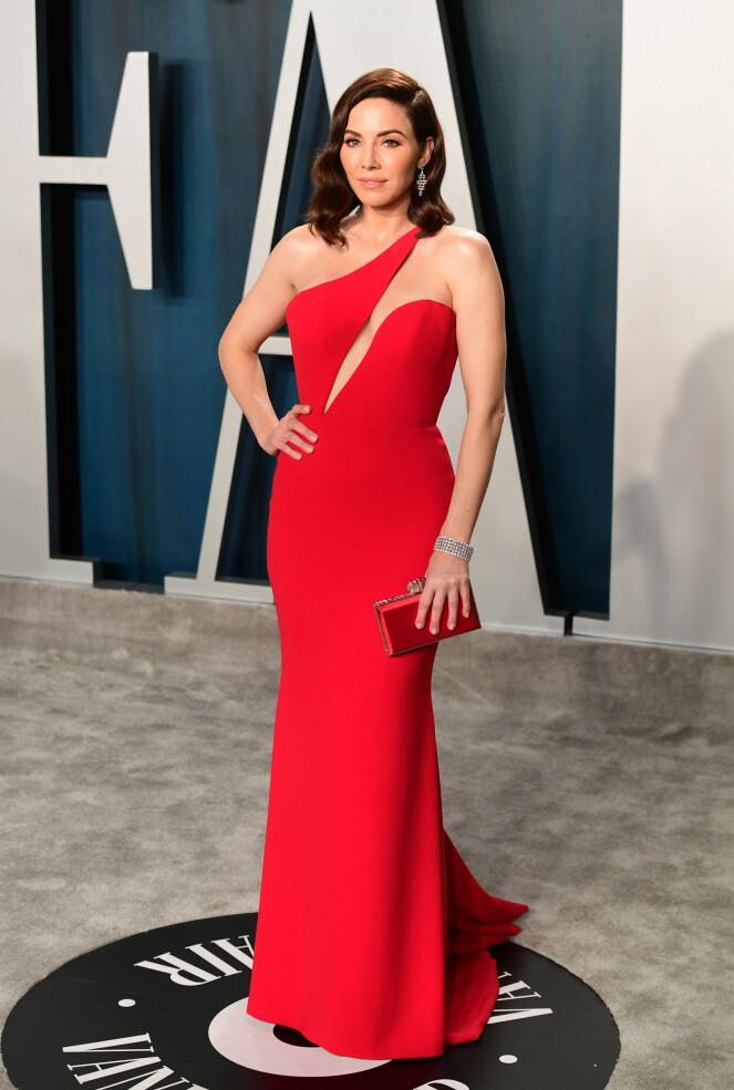 <strong>STRÅLTE I RØDT:</strong> Komiker Whitney Cummings hadde på seg en tettsittende rød kjole med en matchende clutch til. Foto: NTB Scanpix