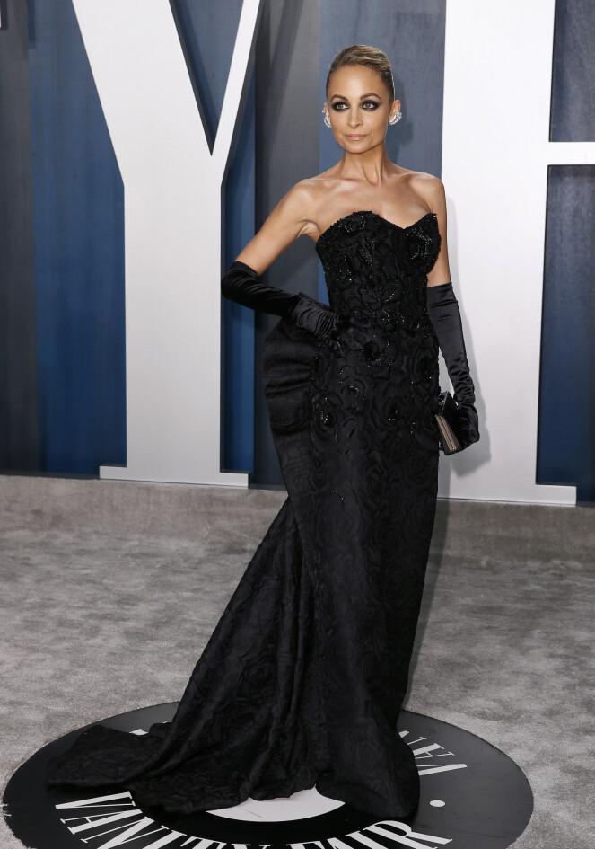 <strong>GLAMORØS:</strong> Nicole Richie ankom Vanity Fairs etterfest iført en stroppeløs svart kjole som var dekorert med krystaller og med en sløyfe på ryggen. Til kjolen valgte Richie å ha på seg silkehansker. Foto: NTB Scanpix